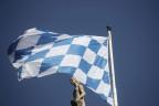 Die bayrische Fahne weht auf dem Sitz des Landtags