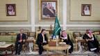 Auf dem Bild zusehen sind der US-Aussenminister und der saudiarabische Prinz.