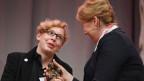 Die Autorin Manja Präkels (links) erhält von der Bundesministerin Franziska Giffey (SPD) die Momo-Trophäe auf der Frankfurter Buchmesse.