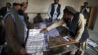 Vertreter der afghanischen Wahlkommission zählen Wahlzettel in einem Wahllokal in Jalalabad.