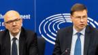 EU-Kommissar, Pierre Moscovici (links) und Valdis Dombrovskis (rechts), Vizepräsident der EU-Kommission.  Die EU-Kommission hat Italiens Haushalt für 2019 in einem historischen Prozess abgelehnt.