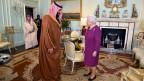Queen Elizabeth II begrüsst den Saudi Arabischen Kronzprinzen Mohammed bin Salman.