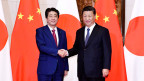 Japans Premier Shinzo Abe (links) und der chinesische Staats- und Parteichef Xi Jinping in Peking am 26. Oktober 2018.