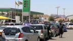 Autofahrer warten stundenlang, um Benzin zu tanken in Harare, Simbabwe.