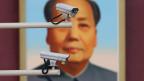 Überwachungskameras vor einem Porträt von Mao Zedong am Tiananmen-Tor in Peking.