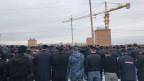 An die 1000 Männer versammeln sich zum Gebet in der Moschee, die noch eine Baustelle ist. Und das Gebet ist kein Gebet, sondern ein Protest.