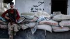 Ein Kämpfer der syrischen Opposition an einem Checkpoint in der nordwestlichen Stadt Idlib in Syrien.