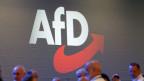 Logo der AfD an einer Parteiversammlung.