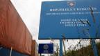 Lastwagen mit Waren aus Serbien werden am Grenzübergang Merdare zwischen dem Kosovo und Serbien gestoppt. Archivbild.