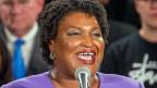 Die schwarze, unterlegene Kandidatin, Stacey Abrams, spricht von einer unfairen Wahl.