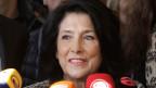 Der westlich orientierte Kaukasus-Staat Georgien hat erstmals eine Frau an die Staatsspitze gewählt: Salome Surabischwili.