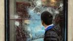 Zerstörte Schaufenster in Paris nach Ausschreitungen.
