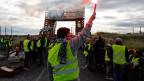 Menschen mit gelben Westen protestieren im ganzen Land gegen die Treibstoffpreise.