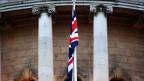 Die britische Flagge vor der Belfaster City Hall in Nordirland.