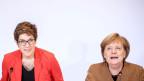 Bundeskanzlerin Angela Merkel (CDU, rechts) sitzt neben Annegret Kramp-Karrenbauer.