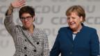 Bundeskanzlerin Angela Merkel (rechts) gratuliert Annegret Kramp-Karrenbauer zur Wahl als neue CDU-Vorsitzende.
