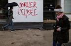 """Das Elysée abbrennen"" - Strassenszene in Paris"