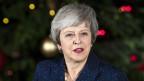 Theresa May spricht nach dem Misstrauensvotum an der Downing Street.