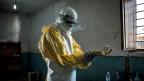 Ein Pfleger mit Schutzausrüstung. Vor dem Betreten der roten Zone eines Ebola-Behandlungszentrums in Bunia, Kongo.