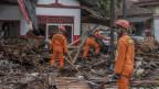 Katastrophenhelfer suchen Opfer in Carita auf West-Java.