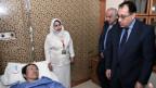 Der ägyptische Premierminister Moustafa Madbouly besucht einen verletzten Touristen nach dem Anschlag im Spital.