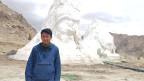 Forscher Rigzen Mingyur in Ladakh vor einem künstlichen Gletscher.