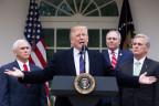 US-Präsident Trump mit Vizepräsident Pence (links)