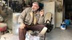 Kalter Winter in Jordanien und kaum Geld für Heizungen. Schreiner Mohammed mit selbstgebastelter Feuerstelle.