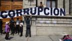 Demonstranten platzieren einen Banner an der Fassades des guatemalischen Kongresshauses.