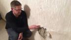 Stephan Heitmann zeigt in seinem Fachwerkhaus einen Riss.