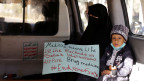 Eine Frau mit ihrem kranken Sohn in einem Krankenwagen. Sie wartet auf die Ankunft des Sondergesandten der Uno im Jemen, Martin Griffiths, am Flughafen in Sanaa.