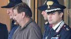 Cesare Battisti verlässt in Begleitung der italienischen Polizei den Flughafen Ciampino in der Nähe von Rom.