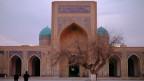 Kalon-Moschee samt Minarett – sie gehört zu den schönsten Sehenswürdigkeiten im usbekischen Buchara, das an der alten Seidenstrasse liegt. Seit dem Machtwechsel vor zwei Jahren wächst der Tourismus, die Aufbruchstimmung ist in ganz Usbekistan spürbar.