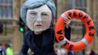 Als Theresa May gekleidete Aktivistin für ein zweites Brexit-Referendum vor dem Parlamentsgebäude in London.