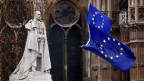 Die EU-Fahne weht neben der Statue von King George V in Westminster (GB)