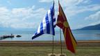 Die Fahnen von Griechenland (links) und Mazedonien.