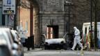 Polizisten am Ort des Anschlags in Londonderry, Nordirland.