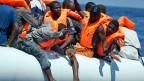 Migranten in einem Gummiboot im Mittelmeer. Archivaufnahme von 2017.