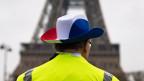Anhänger der Bewegung «Gilet Jaunes» vor dem Eiffelturm in Paris.