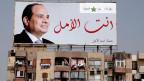 Abdel-Fattah el-Sissi, ägyptischer Präsident auf einem Plakat, welches an einem alten Haus angebracht wurde.