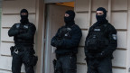 Berliner Polizisten an einer Grossrazzia.