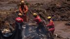 Arbeiter suchen nach Verschütteten nach dem Dammbruch in einem Bergwerk in Brasilien.