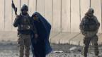 Afghanische Sicherheitskräfte begleiten eine Frau am 15. Januar 2019 in Kabul, Afghanistan, nach einem Bombenanschlag.
