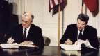 Präsident Ronald Reagan (rechts) und der sowjetische Präsident Michail Gorbatschow unterzeichneten am 8. Dezember 1987 im Weissen Haus den Vertrag über die mittleren Nuklearstreitkräfte (INF).