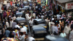 Menschen auf einem Markt in Mumbai, Indien.