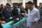 Ein Sanitäter in Gaza versorgt einen Verletzten