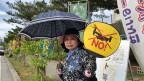 Amerikanische Flieger unerwünscht: Japanische Demonstrantin in Okinawa, wo die US-Militärstützpunkte auf den Widerstand in der Bevölkerung stossen.