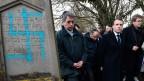 Frankreichs Präsident Emmanuel Macron besucht mit weiteren Regierungsmitgliedern den jüdischen Friedhof, der von Antisemititen verwüstet wurde.