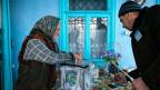 Stimmabgabe in einer mobilen Wahlurne im Dorf Stolniceni Moldawien.
