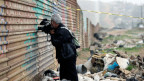 Journalist in Tijuana, Mexiko, an der Mauer auf der mexikanischen Seite der Grenze.